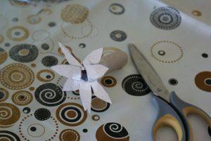 Fleur en rouleau de papier toilette pour décor de la coccinelle de printemps