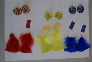 assemblage des boucles d'oreilles en plastique fou