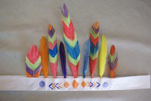 coiffe d'indiens en plumes peintes