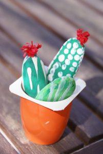 cactus en petits galets peints