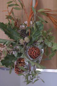 décor d'automne en pomme de pins et branchages peints aux couleurs d'automne