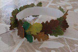 couronne d'automne en feuilles séchées et peintes