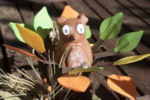 hibou en plâtre dans l'arbre