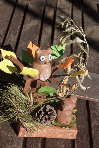 écureuil et hibou qui discutent sur un arbre d'automne