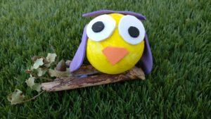 hibou violet avec une boule de polystyrène